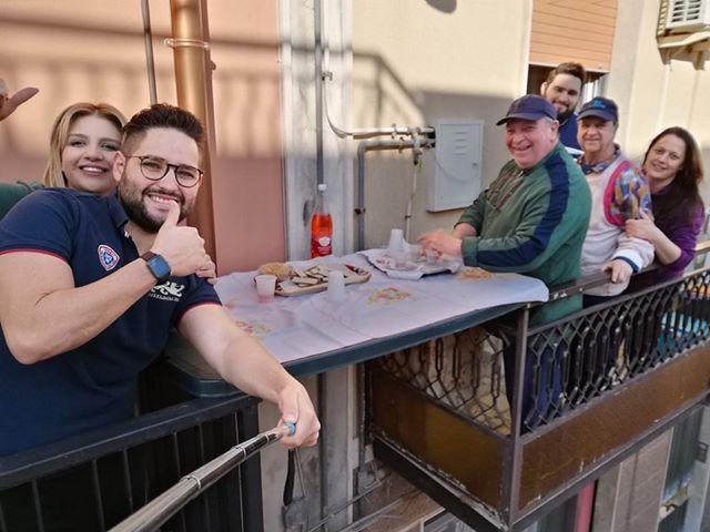 Floridia, il coronavirus non ferma l'aperitivo: cocktail e stuzzichini nei balconi