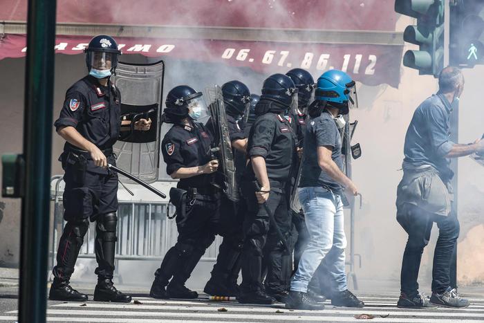 Scontri a Roma alla manifestazione degli ultrà e Forza Nuova: 8 fermati