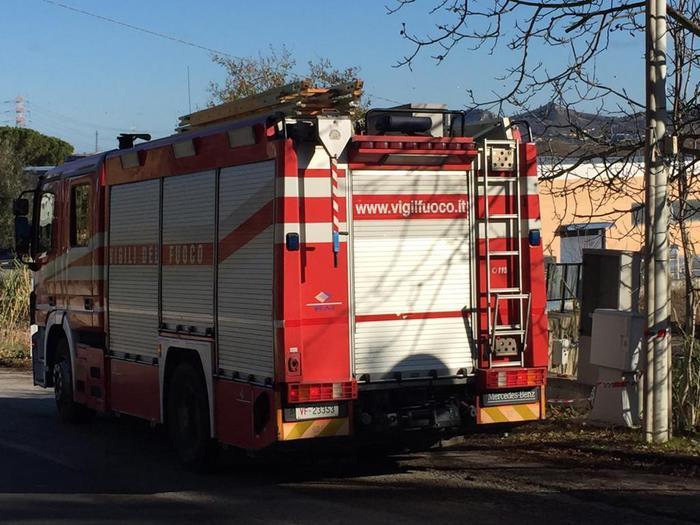 Incendio a azienda raccolta rifiuti nel Foggiano: bruciato autocompattatore