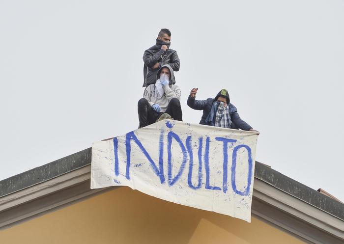 Coronavirus, evadono in 20 a Foggia ma vengono presi: proteste in tutte le carceri