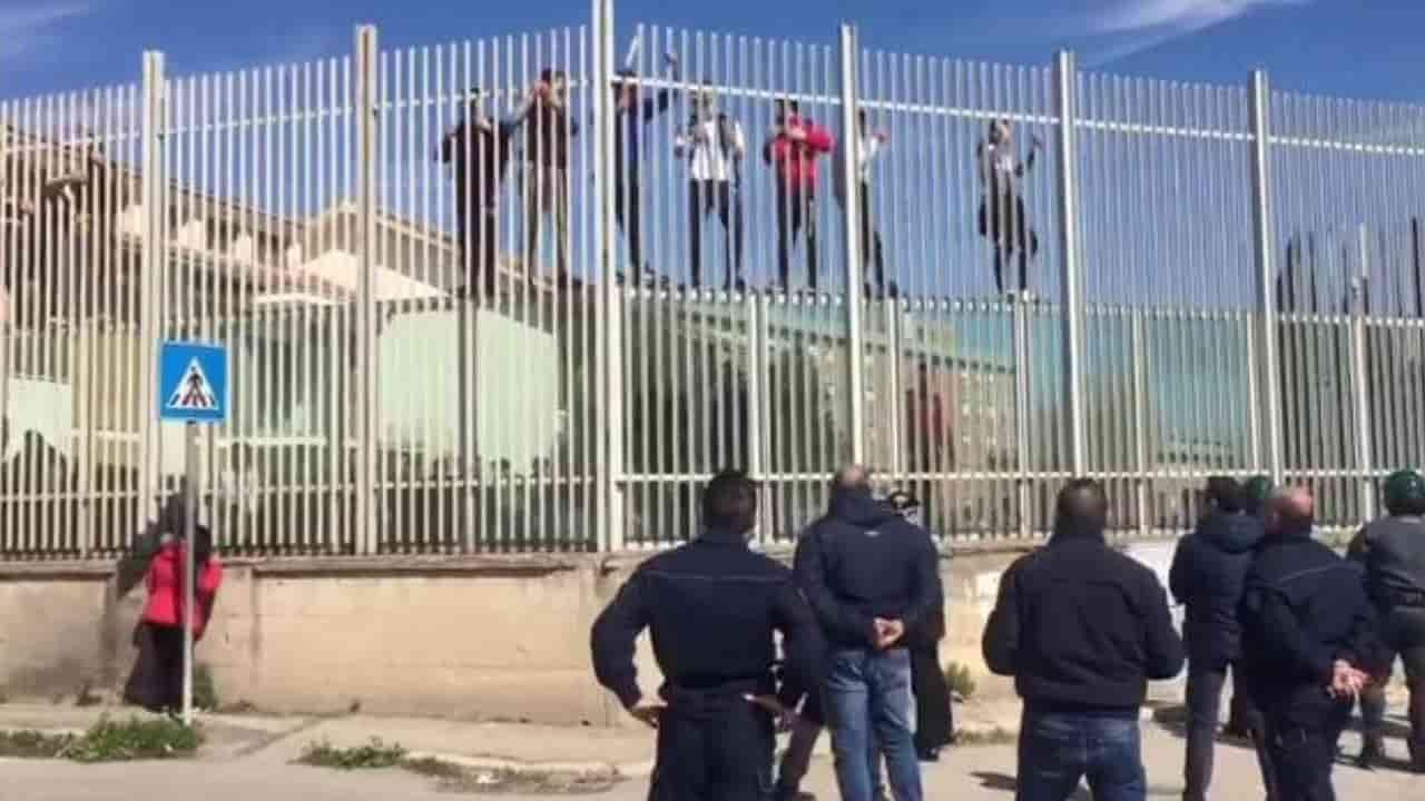 La rivolta nel carcere di Foggia, 15 ordini di custodia cautelare per le rapine alle auto