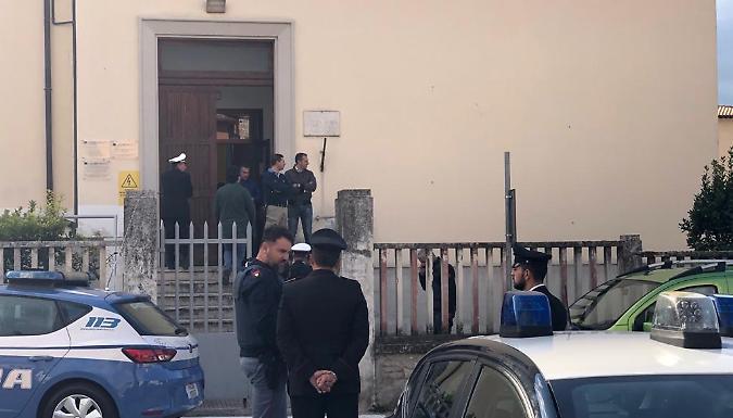 Si barrica in una scuola di una frazione di Foligno e chiede di parlare con un magistrato