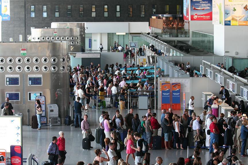All'aeroporto di Catania è caos per i controlli: passeggeri restano a terra