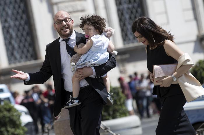 """""""Le famiglie arcobaleno non esistono"""", è bufera sul ministro Fontana"""