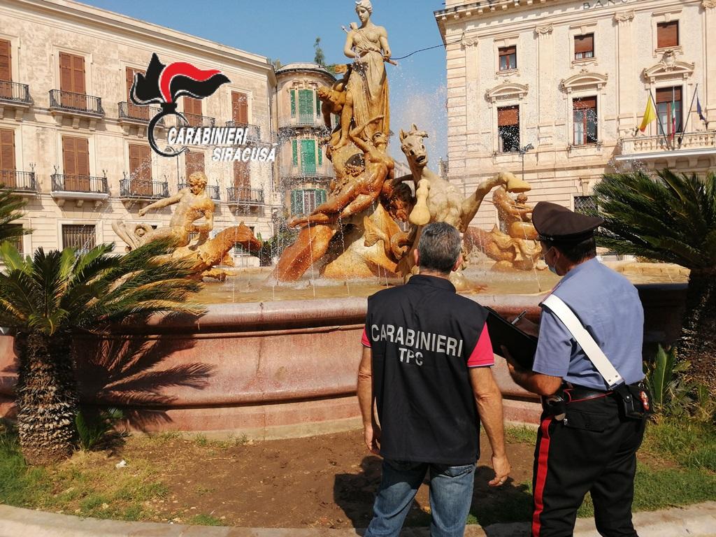 Siracusa, fanno il bagno nella fontana e danneggiano la statua di Diana