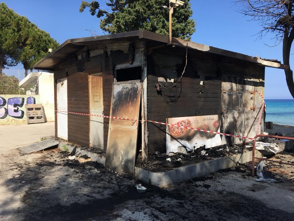 Intimidazioni a Siracusa, in fiamme un chiosco a Fontane Bianche