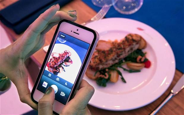 È selfie mania in cucina, uno su tre si fotografa con i piatti