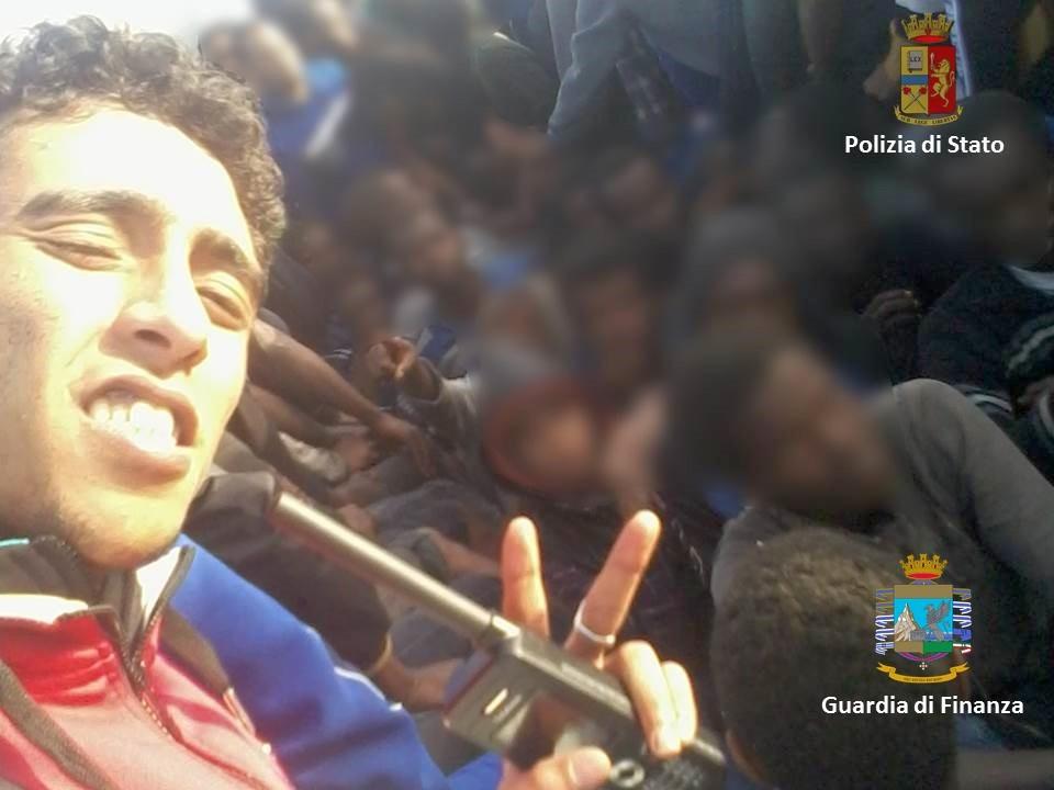 Scafista tradito da selfie, arrestato a Catania insieme a due complici