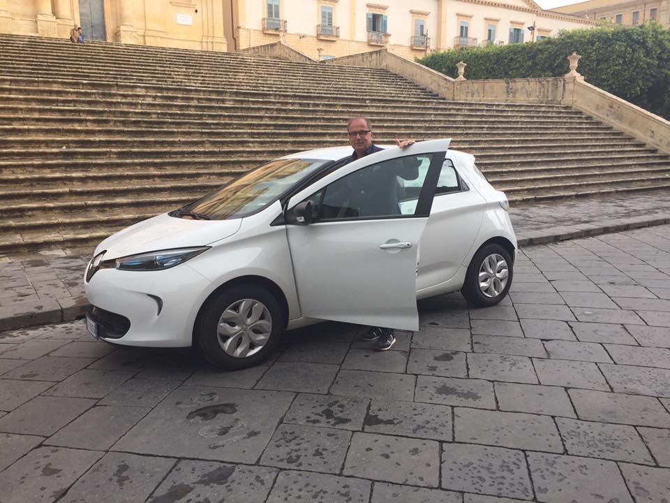 """Al Comune di Noto arriva la prima auto elettrica, il sindaco: """"Siamo città verde"""""""