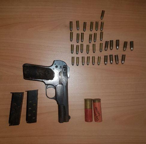 Siracusa, 100 marocchini irregolari respinti e recuperata una pistola