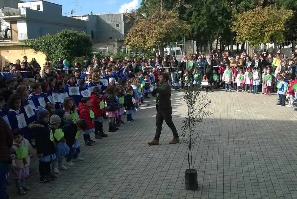 Educazione ambientale, a Floridia piantumati due alberi