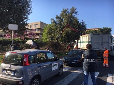 Catania, gli rimuovono la tenda in piazza Moro e lo denunciano a piede libero