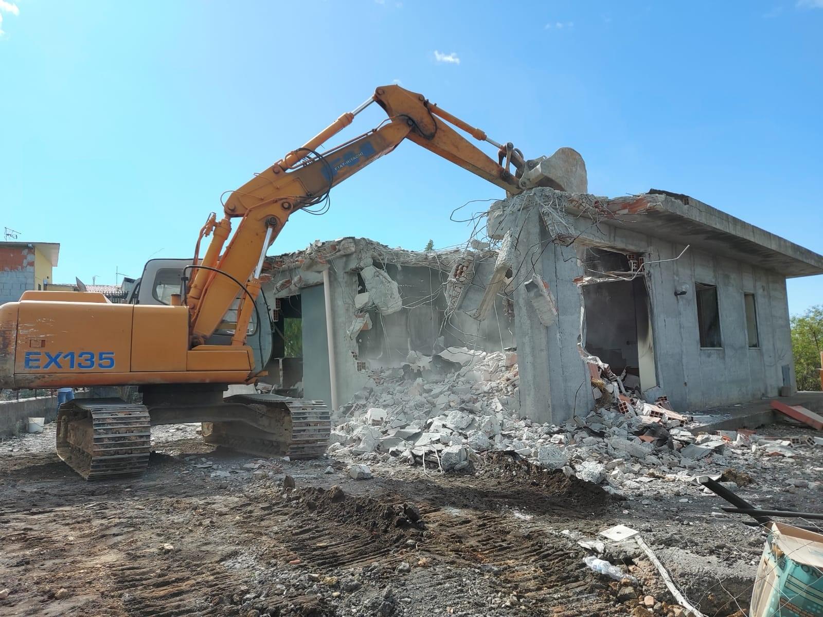Ruspe in azione ad Adrano, demolito fabbricato abusivo dopo 23 anni