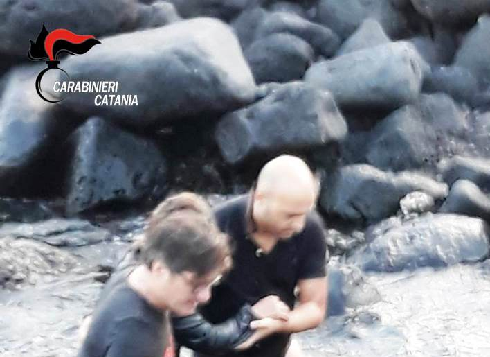 Donna tenta il suicidio gettandosi nel mare di Catania