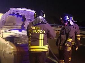 Siracusa, l'auto è in fiamme ma non se ne accorge: lo salva la polizia