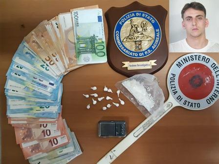 Droga e 800 euro in contanti, preso presunto pusher ad Acireale