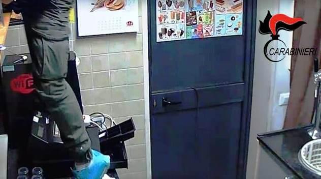 Scordia, tradito dalle telecamere mentre ruba in un chiosco: denunciato