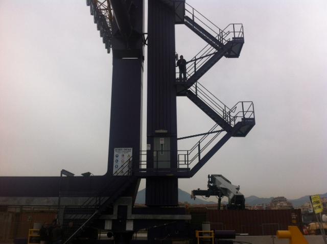Tre lavoratori esodati per protesta si arrampicano su una gru al porto di Palermo