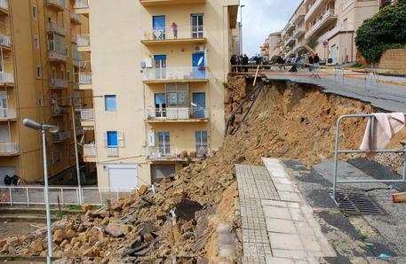 Frana un costone ad Agrigento, ventidue persone sgomberate