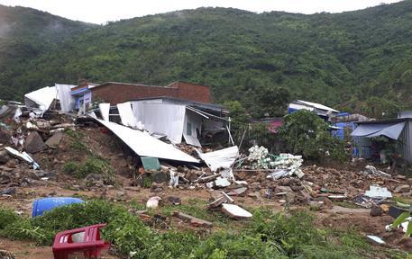 Tempesta provoca una frana, tredici morti in Vietnam