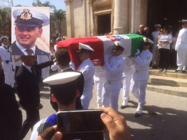 """Picchetto d'onore e il """"Silenzio""""  a Flordia per l'ultimo addio a Francesco"""