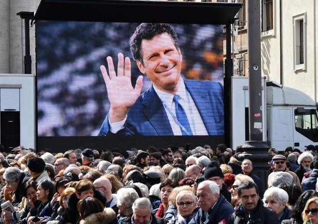 Frizzi: in migliaia in piazza del Popolo per il funerale