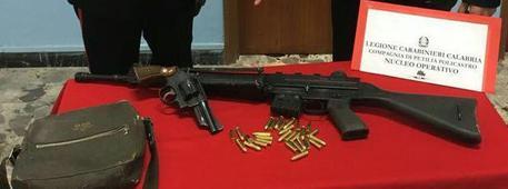 Minaccia e spara con un Kalashnikov, arrestato nel Crotonese