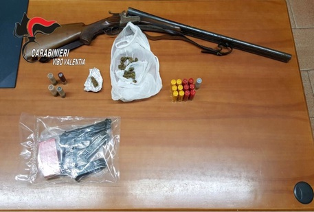 Trovato con armi illegali e droga: arrestato nel Vibonese