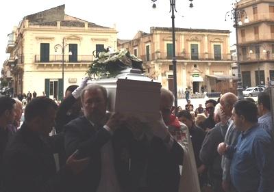 Bagno di folla tra le lacrime a Rosolini per l'ultimo addio a Vanni