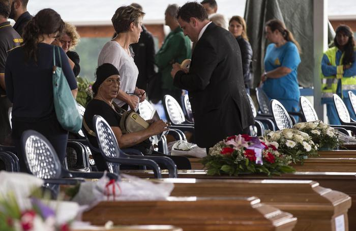 Funerali solenni ad Amatrice tra dolore e rabbia per il sisma assassino