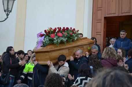 Tutto il paese ai funerali di Ana Maria vittima del femminicidio di Partinico