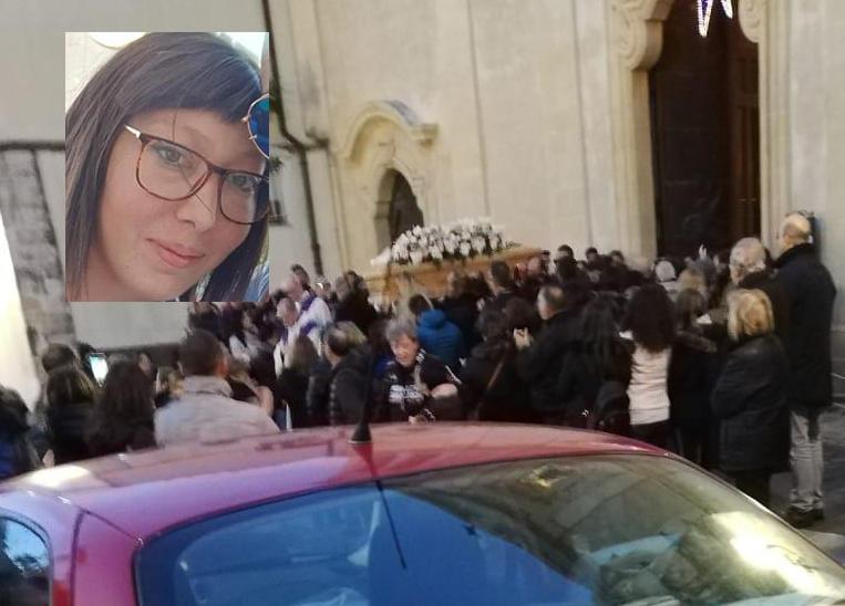 Celebrati i funerali della giovane mamma di Solarino