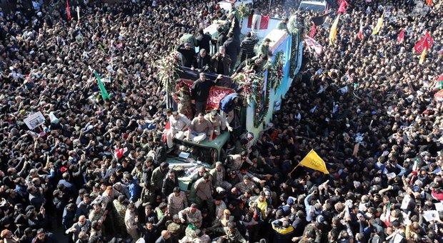 Strage per la calca ai funerali di Soleimani in Iran: 40 morti e inumazione rinviata