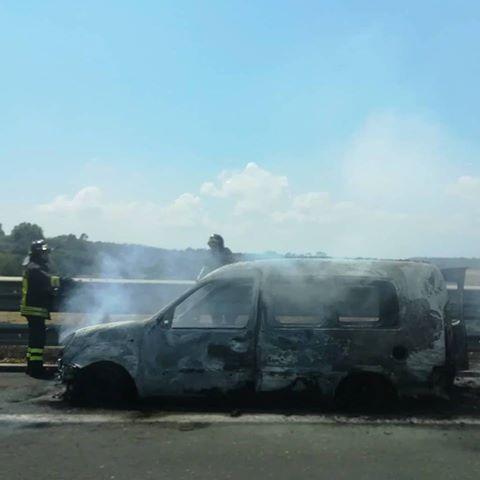 Furgoncino in fiamme sulla Catania-Siracusa, lunghe code