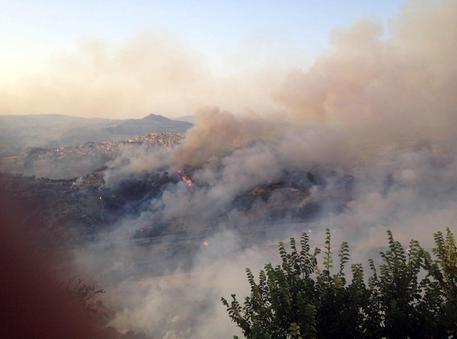 Incendi, fuoco da tre giorni nell'Ennese: chiusa la statale 117 bis