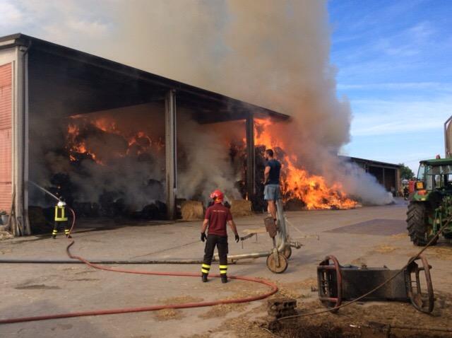 Capannone di un'azienda agricola in fiamme tra Ribera e Cianciana