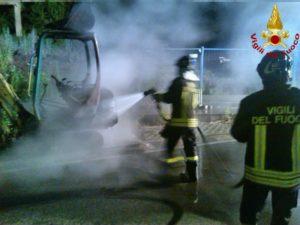 Modica, in fiamme il furgone di un falegname: forse è doloso