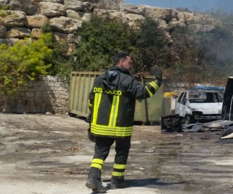Rosolini, tre automezzi per la raccolta dei rifiuti avvolti dal fuoco