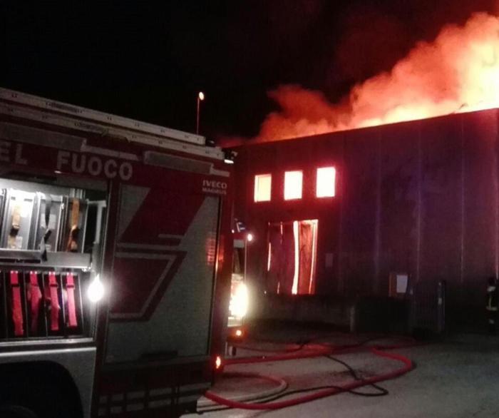 Casa in fiamme a Casella, lanciano il figlio dalla finestra: è grave