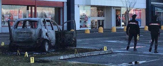Vercelli, sperona l'auto della ex e le dà fuoco: è grave