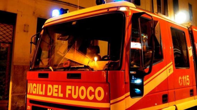 Vigili del fuoco in azione a Siracusa per l'incendio di due veicoli