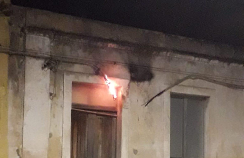 Floridia, parte un incendio alla rete elettrica: paura in via Garibaldi (VIDEO)