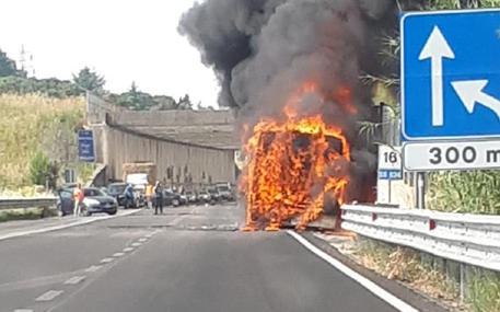 Autobus dell'Ast in fiamme sulla Statale Palermo - Sciacca