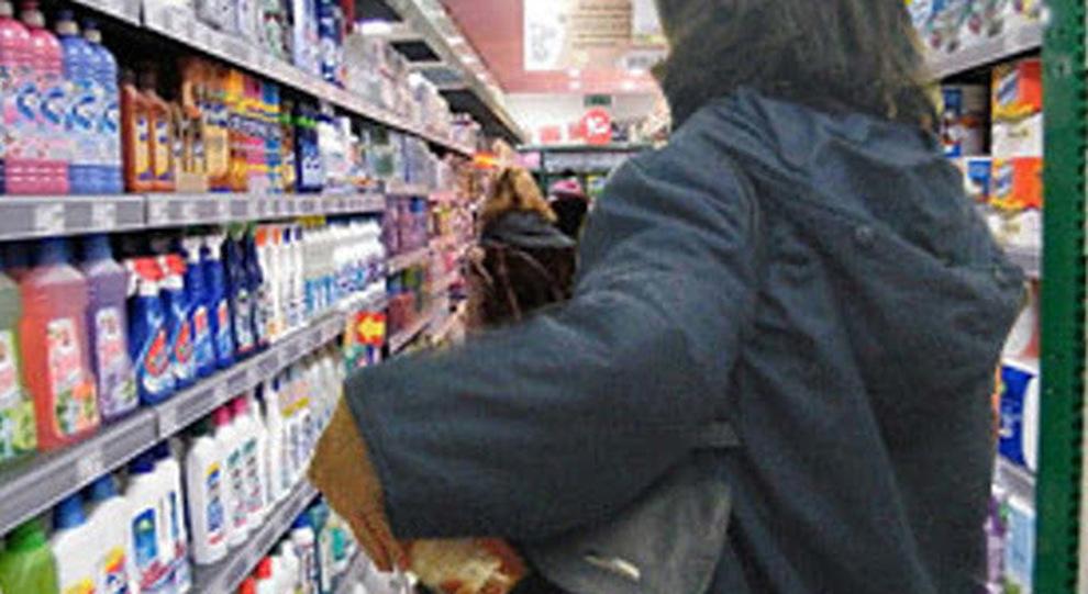 Minacciò di fare bruciare dal marito un supermercato, arrestata in provincia di Napoli