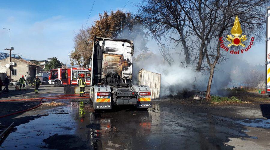 Scoppia un incendio in un deposito di camion ad Acireale: fuoco spento