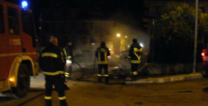 """""""Avvertimenti"""" con il fuoco a Gela: bruciate 4 auto in 24 ore"""