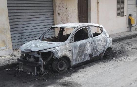 Un altro avvertimento col fuoco a Solarino: bruciata auto di un commerciante