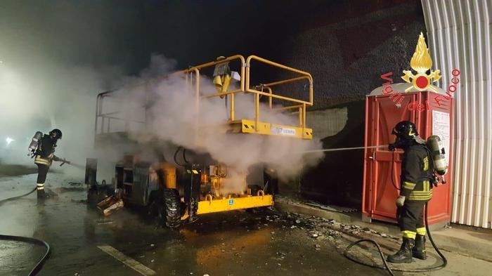 In fiamme un automezzo di un'impresa edile a Marcellinara