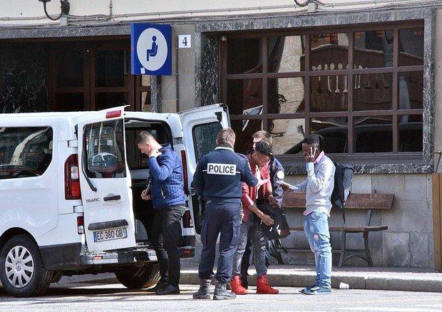 Gendarmeria francese lascia migranti al confine con l'Italia