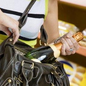 Coppia di Avola arrestata dopo il furto di liquori in un supermercato